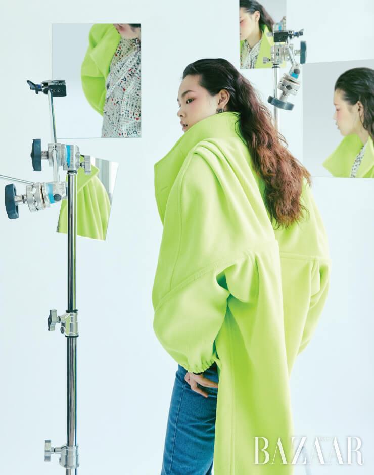코트, 'paris' 패턴 블라우스, 데님 팬츠, 귀고리는 모두 Balenciaga.