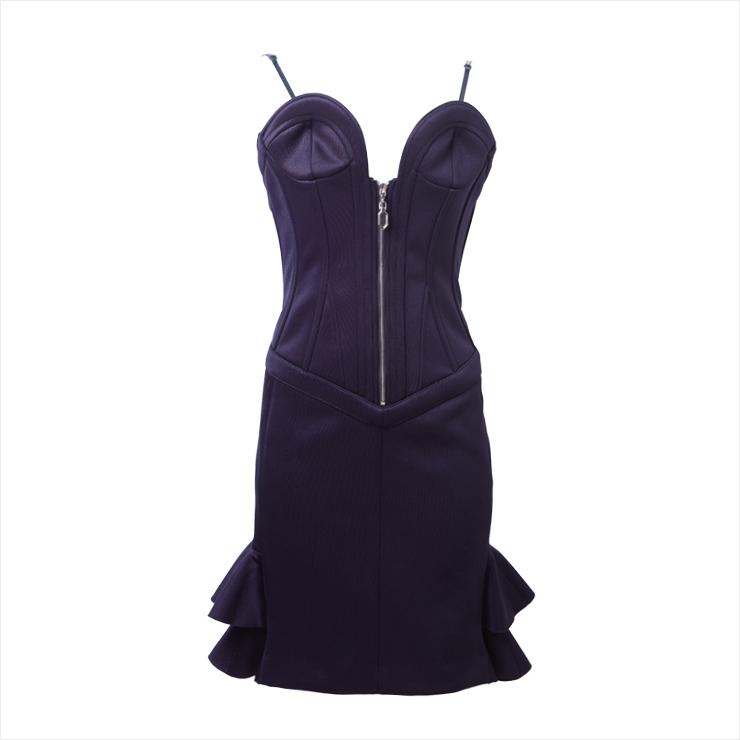 뷔스티에를 착용한 것처럼 보디라인을 잡아주는 슬립 드레스는 가격 미정, Louis Vuitton.