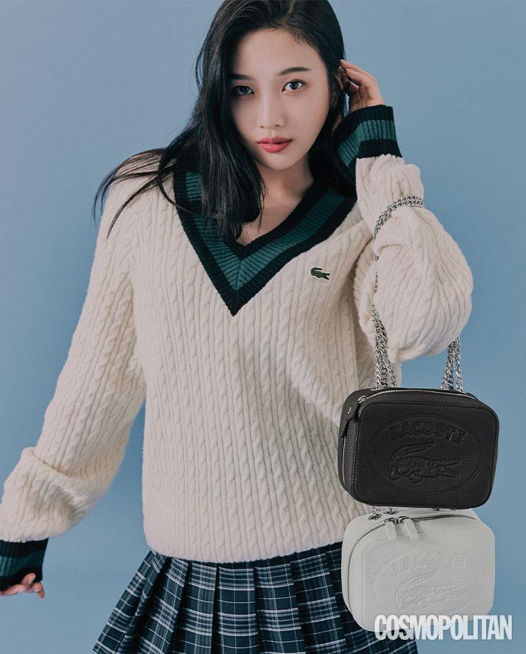 스웨터 10만원대 라코스테 라이브. 크로코 크루 크로스 백 각각 25만9천원 모두 라코스테. 스커트 스타일리스트 소장품.