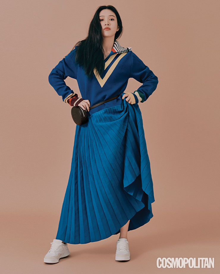 드레스 가격미정 라코스테 패션쇼 컬렉션. 크로코 크루 벨트 백 20만9천원, 코트 슬램 스니커즈 16만5천원 모두 라코스테.