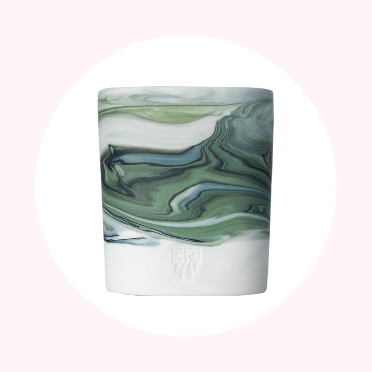 편백나무의 우디한 향과 허브 잎의 싱그러운 향이 공존하는 '라 프루베르스'. 마블 무늬 실린더는 일일이 수작업으로 만들어 모든 도기의 무늬가 다른 것이 특징이다. 12만9천원, Diptyque.