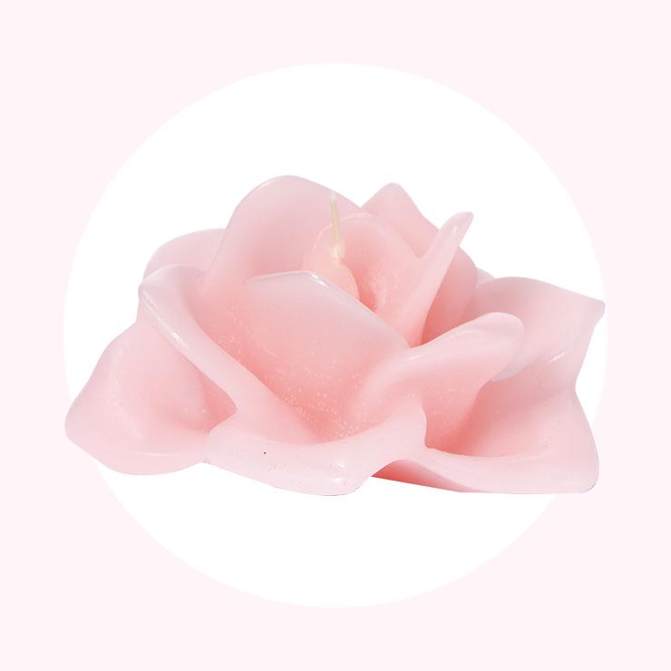 손으로 한 잎 한 잎 제작된 장미꽃 모양의 캔들은 물에 띄워 분위기를 연출할 수도 있다. 칸델라 로사로사. 4만8천원, Santa Maria Novella.