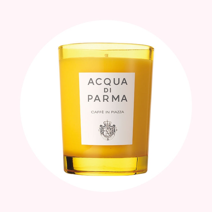 상큼한 옐로 컬러의 글라스에서 감도는 지중해풍의 향기가 허니문에 온 것 같은 기분이 드는 카페 인 피아자. 8만2천원 Acqua Di Parma.