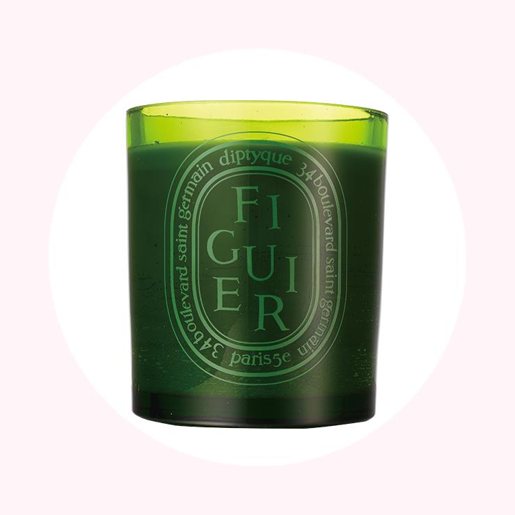싱그러운 그린 컬러의 향초에서 무화과 열매의 향긋함이 퍼져나온다. 13만원, Diptyque.