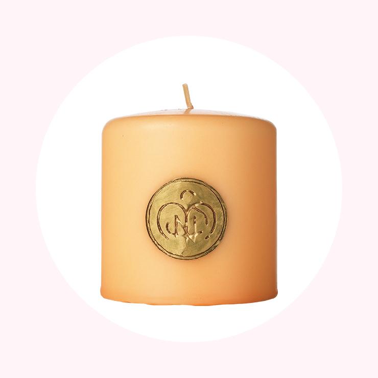 케이스 없이 오렌지빛 캔들 자체가 그대로 빛나는 칸델라 커퓨메이트 엔젤 디 피렌체. 손으로 직접 새긴 골드 핸드 프린트가 유럽의 정취를 더해준다. 6만3천원, Santa Maria Novella.