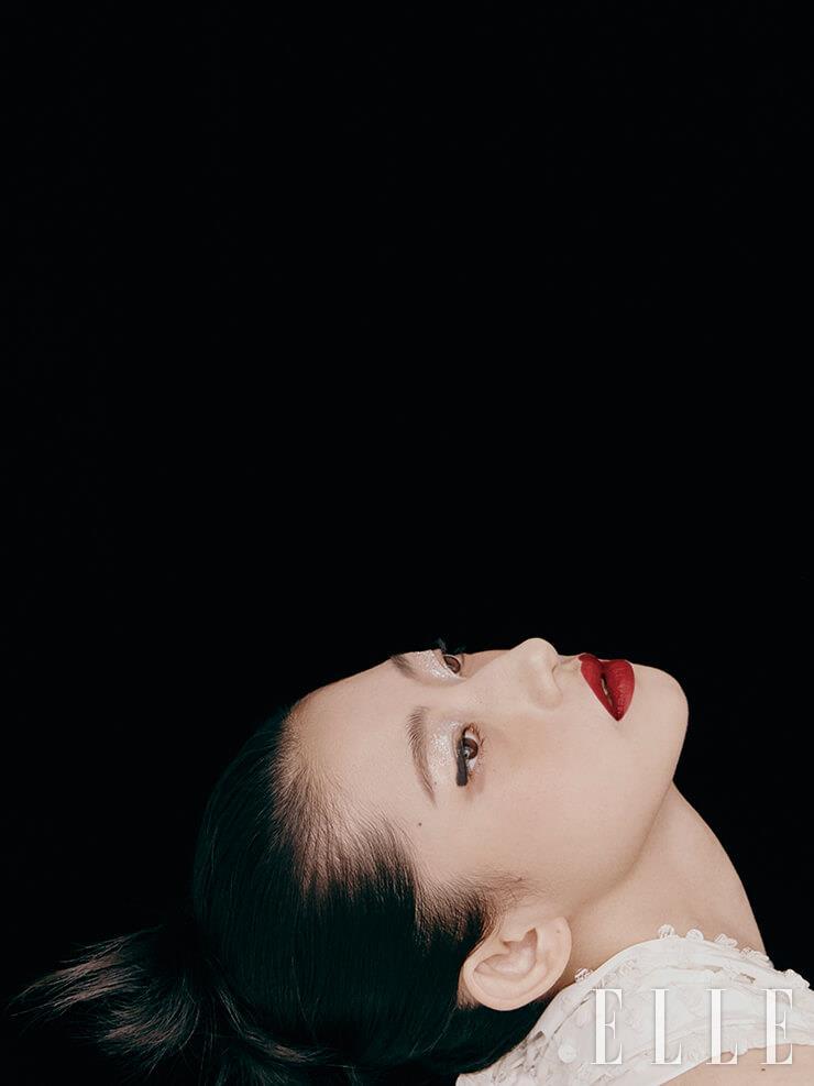 비즈로 장식한 스카프 형태의 톱은 Chanel.