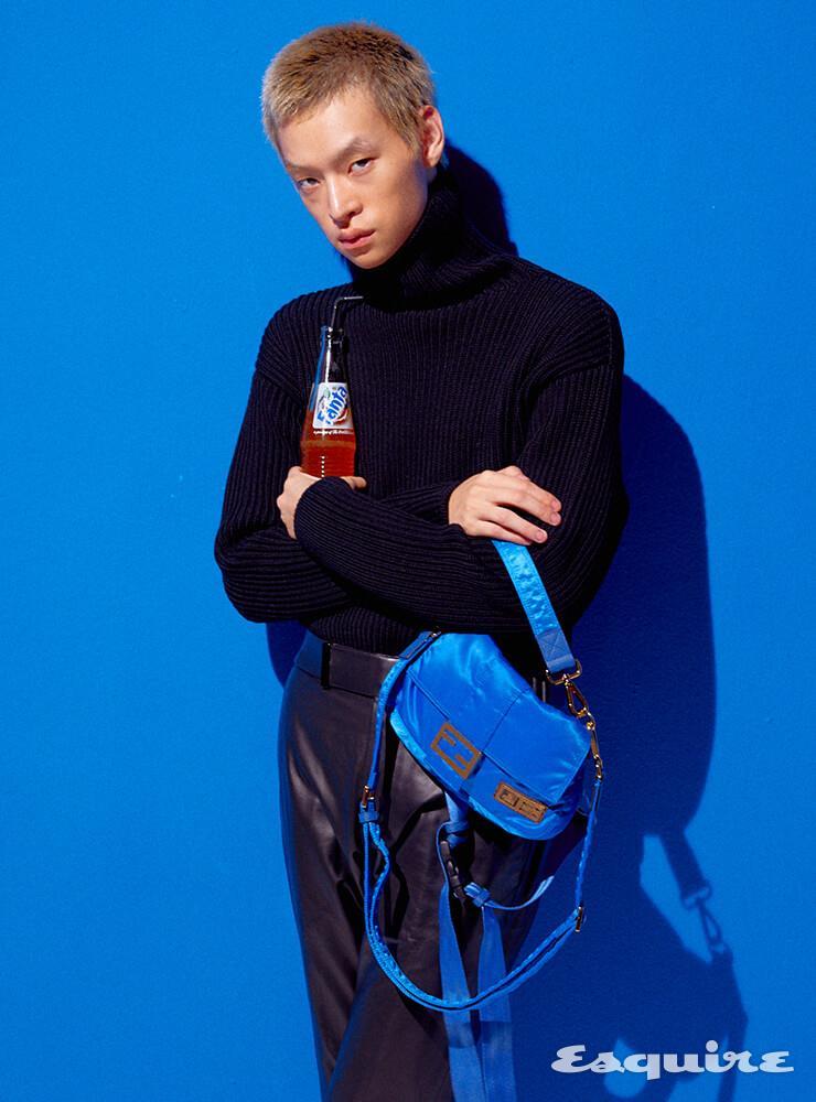 터틀넥 스웨터 170만원, 가죽 팬츠 620만원 모두 톰 포드. 바게트백 285만원 펜디 x 포터.