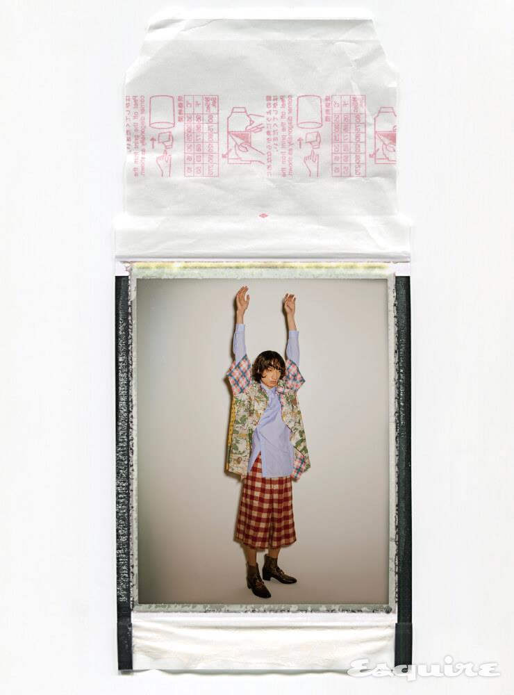 프린팅 셔츠 145만원, 하늘색 셔츠 97만원, 체크무늬 팬츠 146만원, 부츠 390만원 모두 구찌.