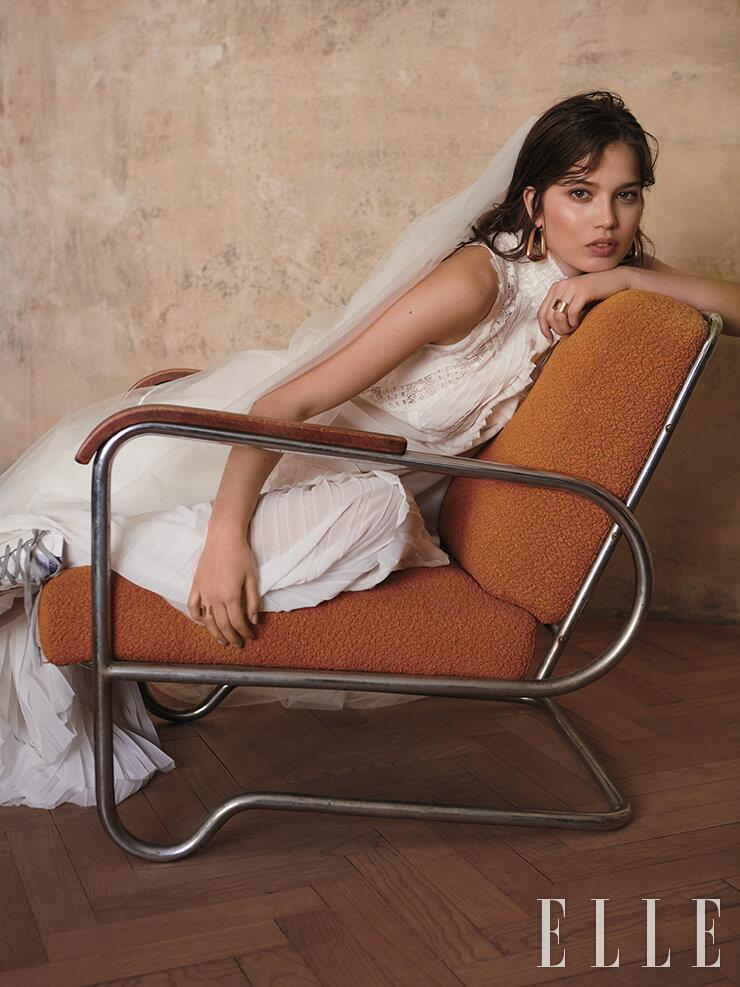 드레스는 가격 미정, Tiqe-Perta Balvinova. 삭스는 299코루나, M&S. 오버 사이즈 이어링은 가격 미정, Dior. 부티는 9781코루나, Golden Goose.
