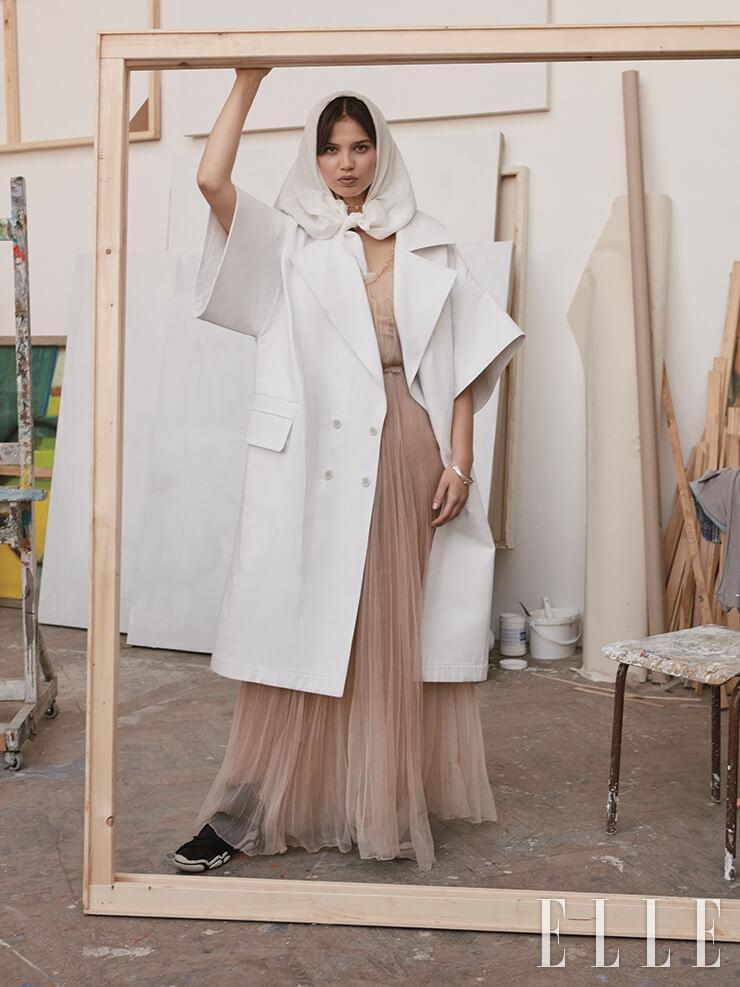 오버사이즈 재킷과 스카프는 가격 미정, 모두 Dior. 드레스는 10000코루나, Tereza Vu. 반지는 20280 코루나, 네크리스는 9080 코루나, 모두 Pascale Monvoisin.