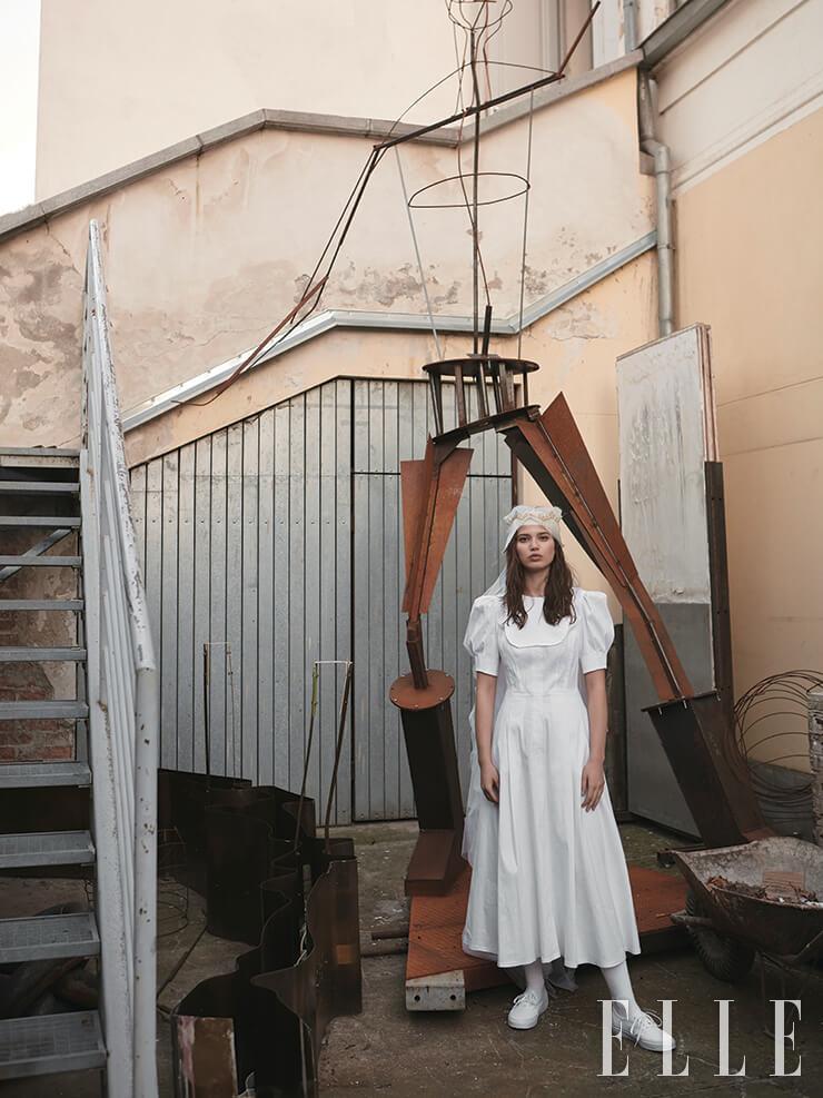 미니멀한 드레스는 1만3950코루나, Klara Nademlynska. 헤어밴드는 2500코루나, Tereza Vu. 화이트 스니커즈는 1899코루나, Vans. 삭스는 299코루나, M&S.