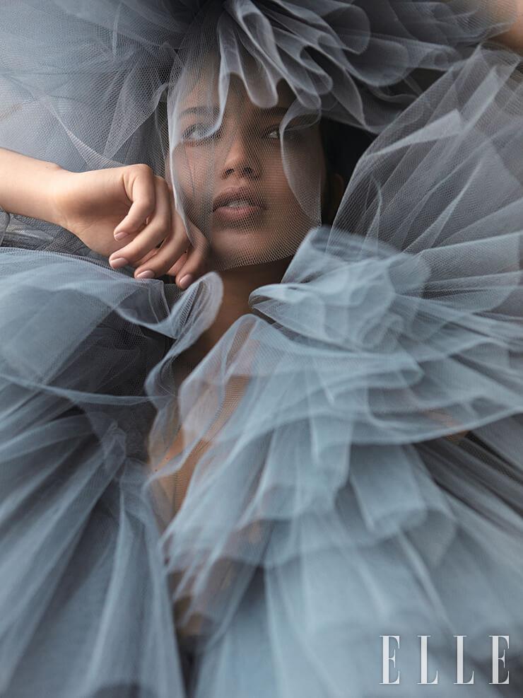 풍성한 볼륨감의 시폰 드레스는 가격 미정, Vanda Janda.