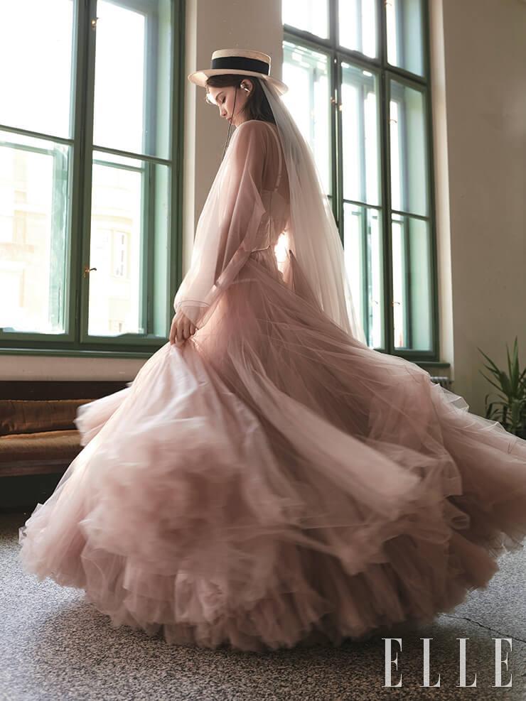 드라마틱한 실루엣의 시폰 드레스는 가격 미정, Dior. 파나마 햇은 5650코루나, Ruslan Baginsky. 진주 장식의 이어 커프는 9500코루나, Antipearle.