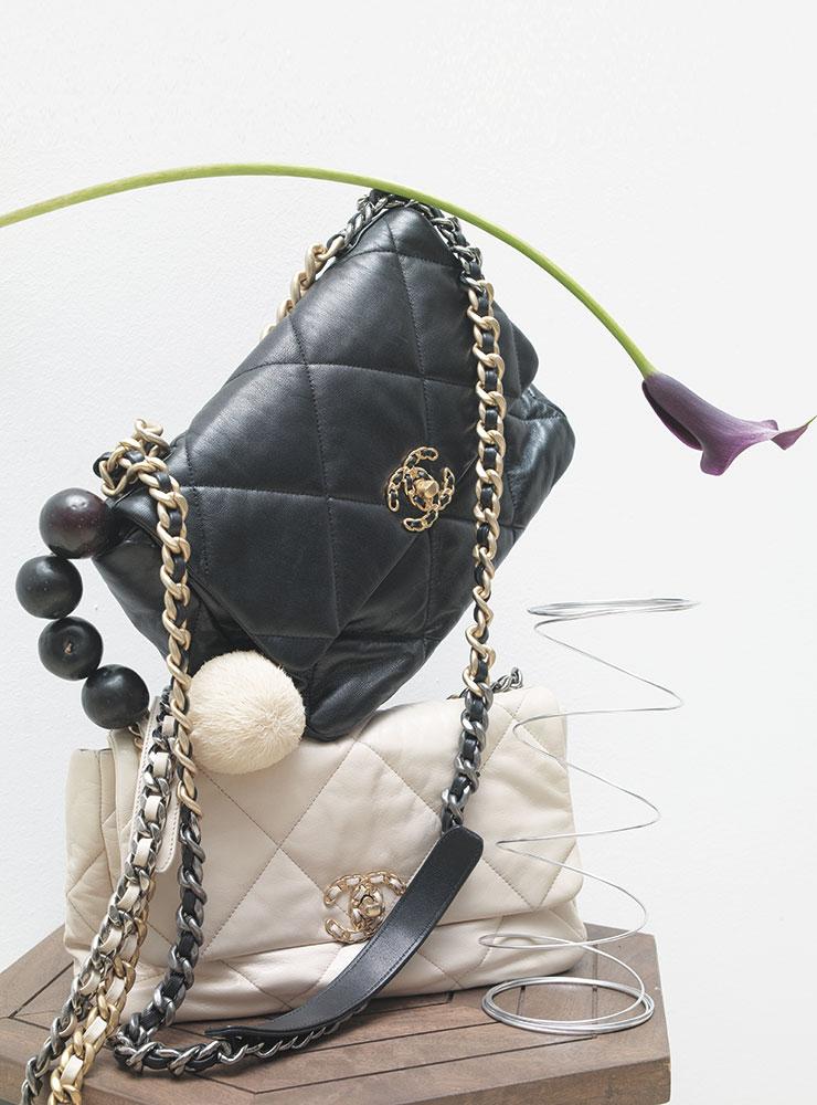 스퀘어 실루엣이 돋보이는 로고 장식 포인트의 '샤넬 19' 백은 가격 미정, 모두 Chanel.