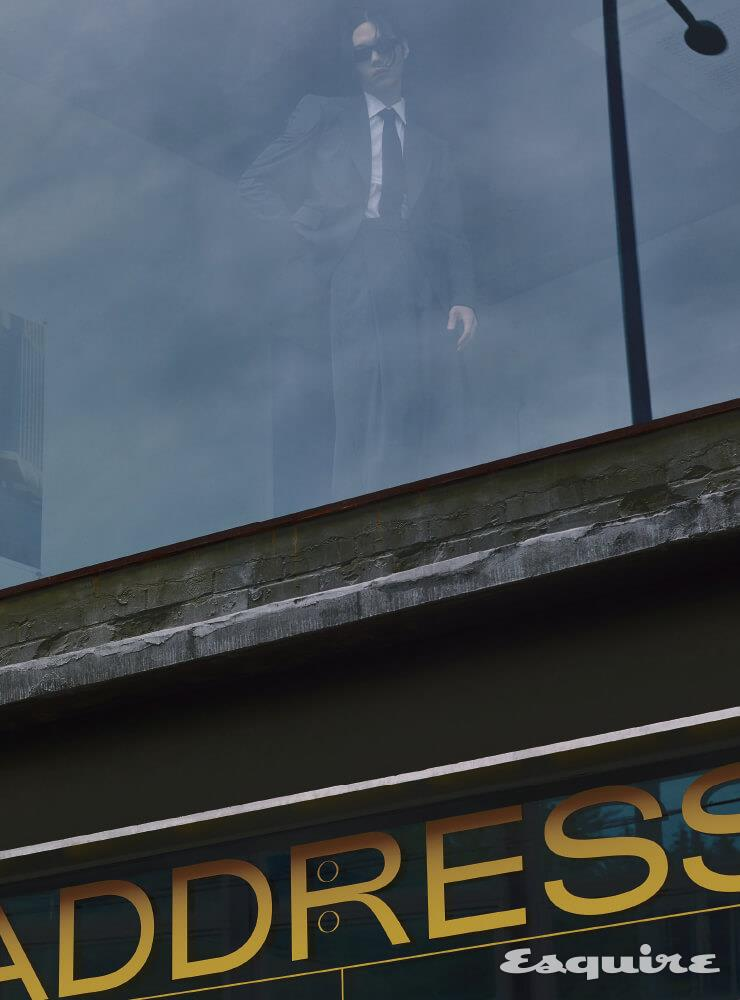 회색 재킷, 흰 셔츠, 회색 팬츠, 타이 모두 가격 미정 드리스 반 노튼 by 분더샵. 선글라스 가격 미정 셀린느 by 에디 슬리먼.
