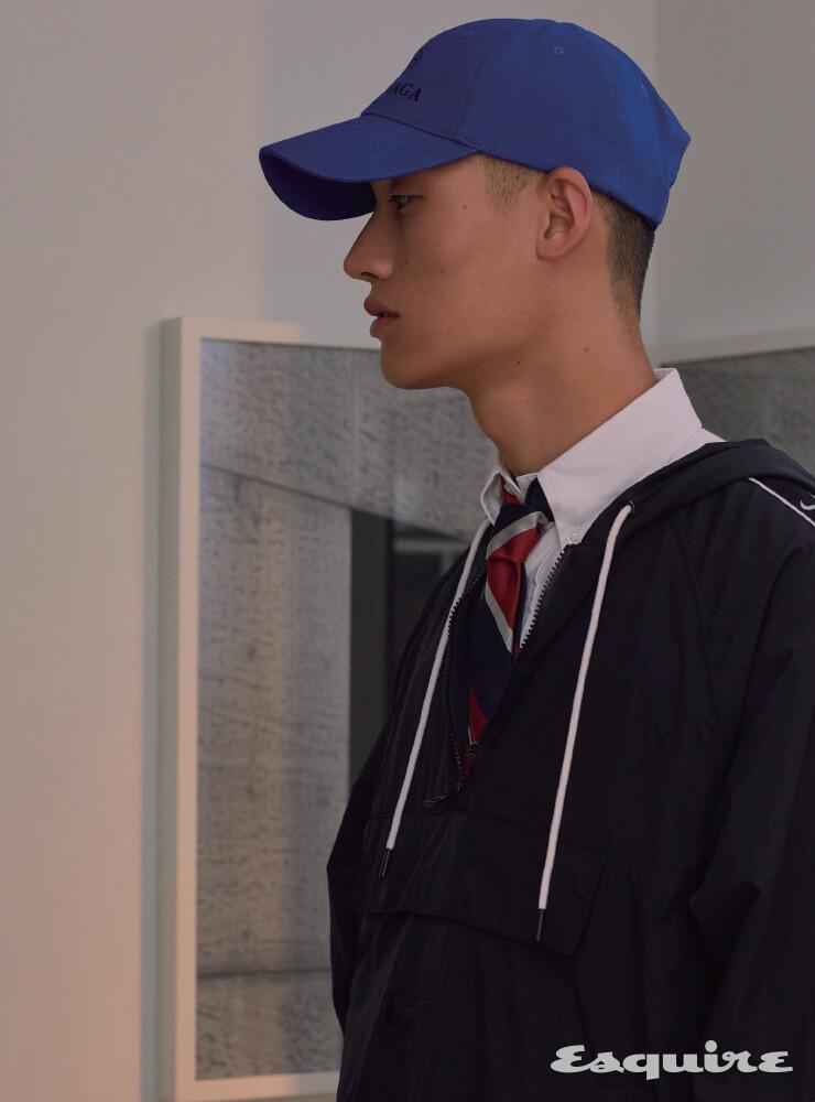 검은색 아노락 14만9000원 나이키. 흰 셔츠, 타이 모두 가격 미정 톰 브라운. 파란색 볼 캡 38만원대 발렌시아가 by 미스터포터.