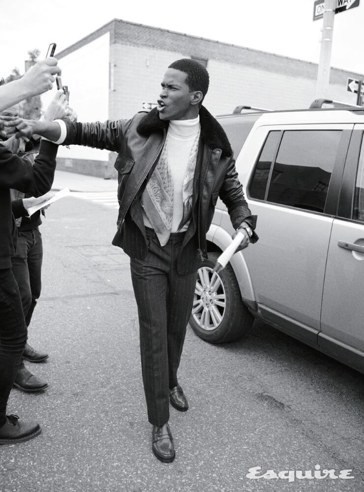 가죽 재킷 2215달러 아미. 재킷 1800달러, 팬츠 620달러 모두 까날리. 터틀넥 스웨터 1200달러 구찌. 로퍼 550달러 처치스. 스카프 가격 미정 샤르베. 손목시계 6250달러 오메가.