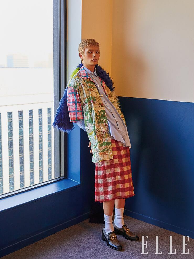 동식물이 프린트된 셔츠와 옥스퍼드 셔츠, 깅엄 체크 팬츠, 페이크 퍼 숄, 클래식한 로퍼는 모두 Gucci.