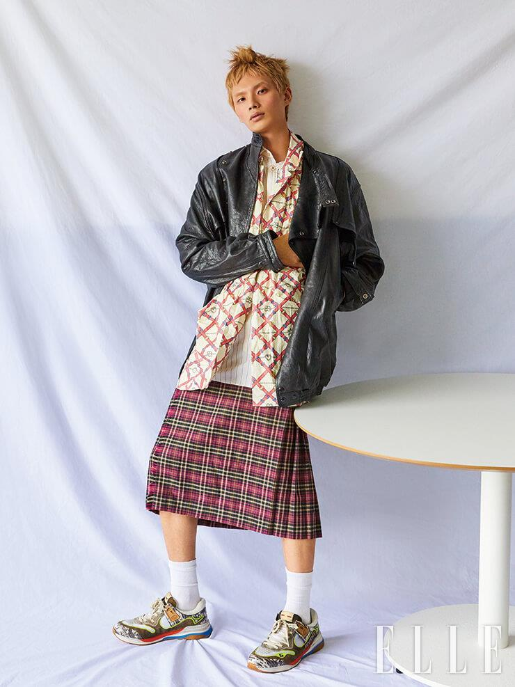 오버사이즈 가죽 재킷과 위트 있는 격자 패턴의 셔츠, 스트라이프 셔츠, 체크 미디스커트, 컬러플한 스니커즈는 모두 Gucci.