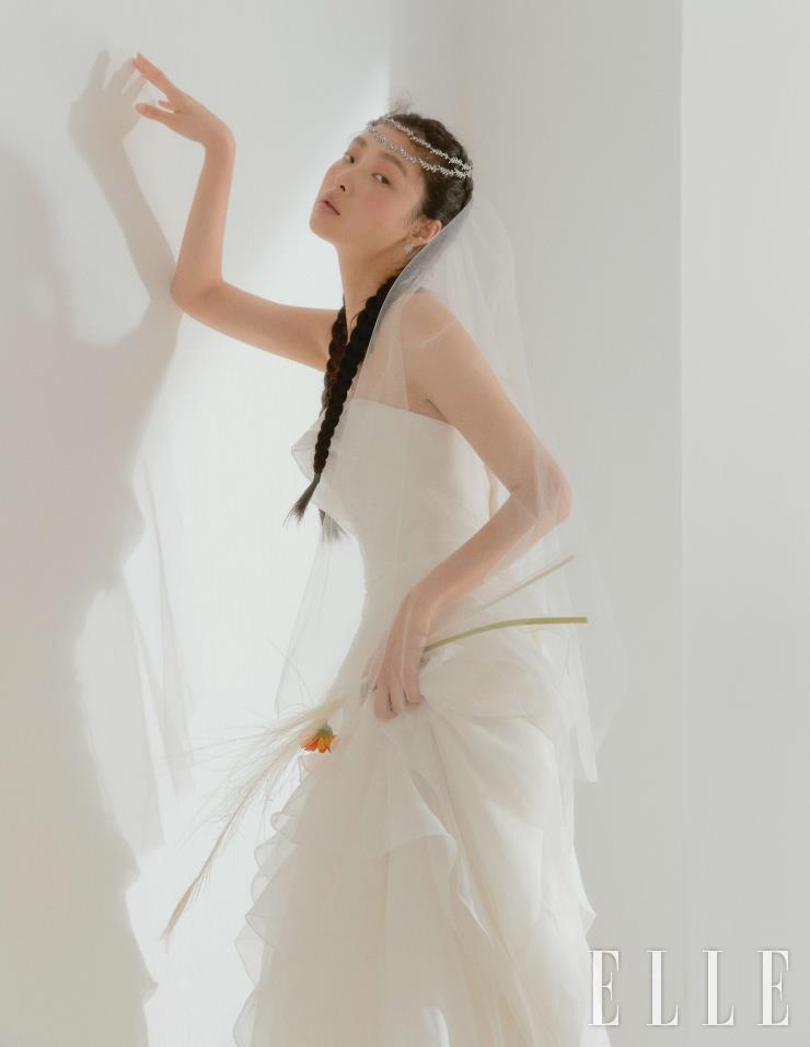 전체적인 러플 디테일의 튜브 톱 드레스와 베일, 헤어 오브제는 모두 Leemyungsoon Wedding. 이어링과 링은 Golden Dew.