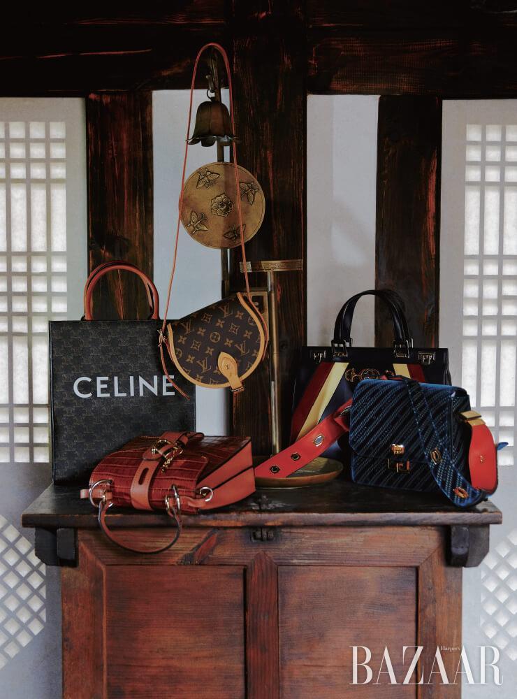 (왼쪽부터) 로고 장식 캔버스 백은 가격 미정 Celine by Hedi Slimane, 송아지 가족 소재 숄더 겸 토트백은 2백68만원대 Chloé, 탬버린 모노그램 백은 가격 미정 Louis Vuitton, 스몰 톱 핸들 백은 4백50만원 Gucci, 벨벳 숄더백은 3백93만원 Givenchy.