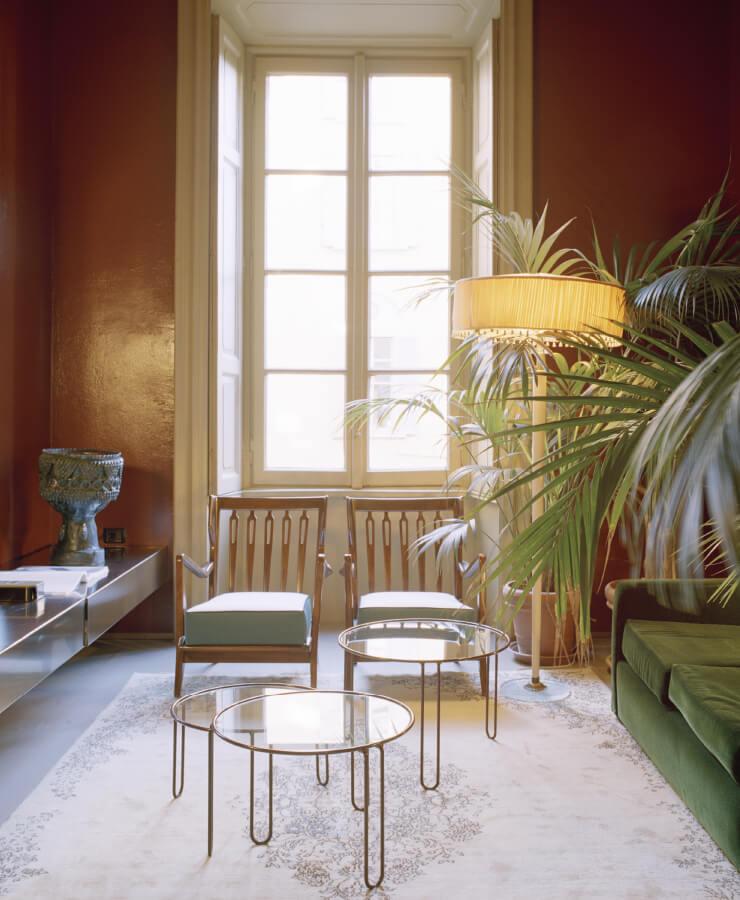 디모레 갤러리의 우아한 옛 구조 속에 조 폰티의 1940년대 팔걸이의자와 루이지 카치아 도미니오니의 1980년대 벨벳 소파, 유리와 연철로 만든 미드센추리 커피 테이블이 어우러져 있다.