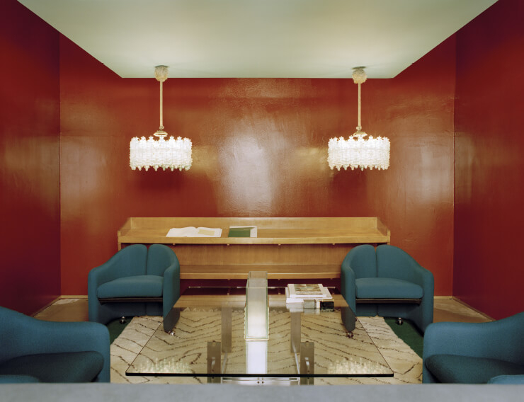 1970년대 청록색 암체어는 에우제니오 체릴리가 디자인한 것. 1970년대 테이블은 건축가 카를로 스카르파가 디자인했다. 조 폰티가 디자인한 사이드보드 위에 설치한 샹들리에는 지노 사르파티의 1960년대 디자인. 무라노 유리로 만들었다.