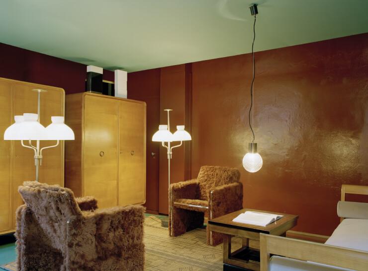 디모레 스튜디오가 디자인한 크롬 골조에 양털을 입힌 암체어, 조 폰티가 디자인한 1930년대 옷장, 이그나치오 가르델라가 디자인한 1960년대 플로어 램프가 어우러진 디모레 갤러리. 시대를 넘나들면서도 조화롭다.