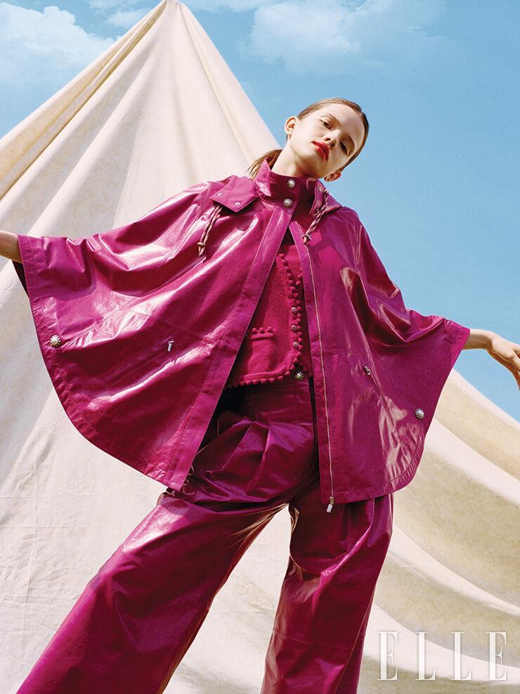 진주 버튼을 장식한 푸시아 핑크 가죽 케이프는 8350파운드, 팬츠는 6275파운드, 니트 카디건과 터틀넥은 가격 미정, 모두 Chanel.