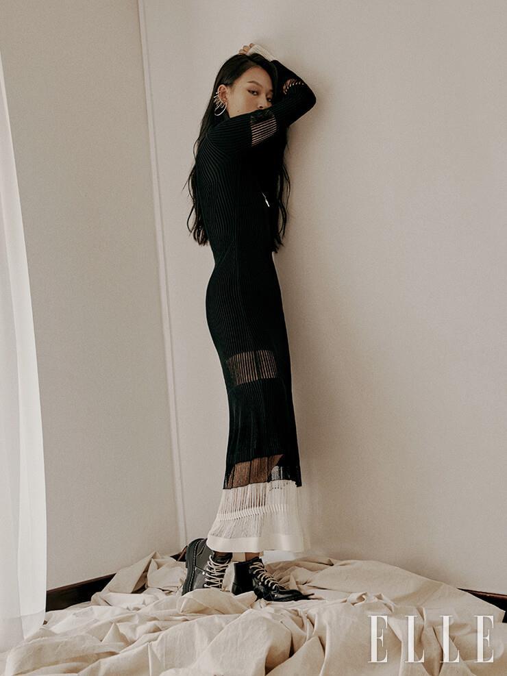 니트 블랙 드레스는 4백71만원, 이어 커프는 89만원, 레이스업 부츠는 1백23만원, 모두 Alexander McQueen.