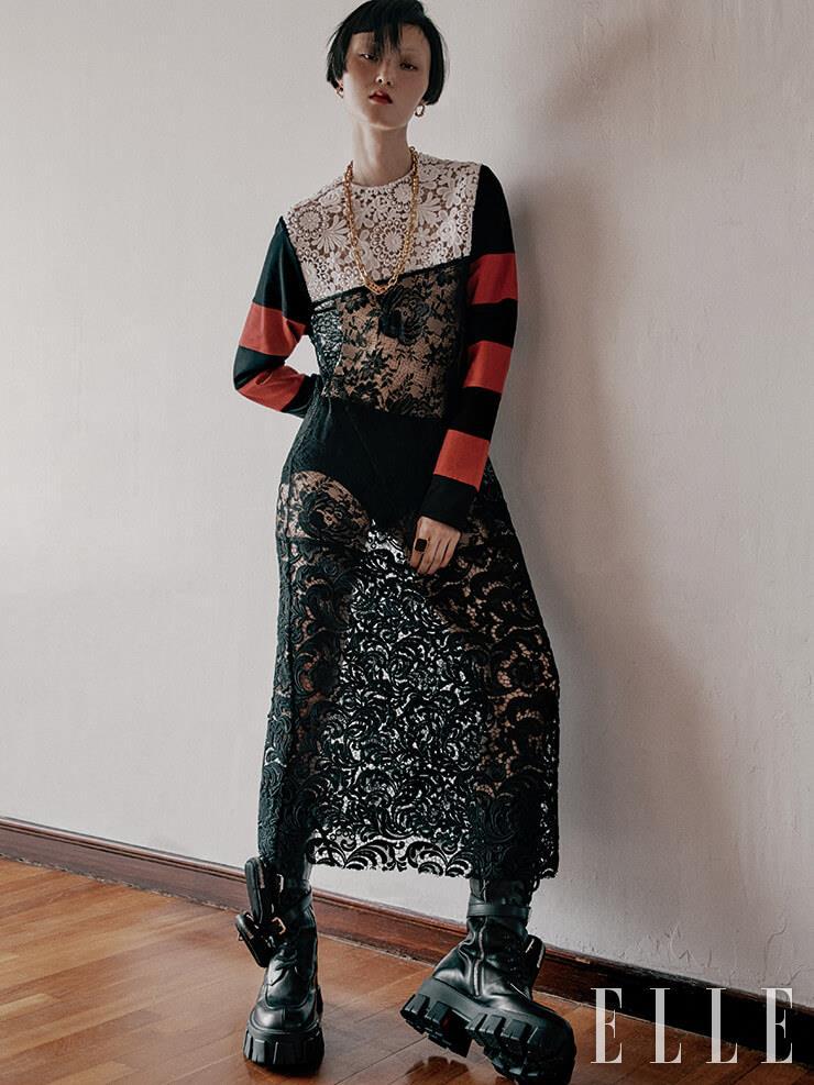 크로셰 레이스 드레스와 블랙 언더웨어, 포켓 장식의 워크 부츠, 체인 네크리스는 가격 미정, 모두 Prada. 후프 이어링은 7만8천원, S_S.il. 볼드한 링은 가격 미정, Bottega Veneta.