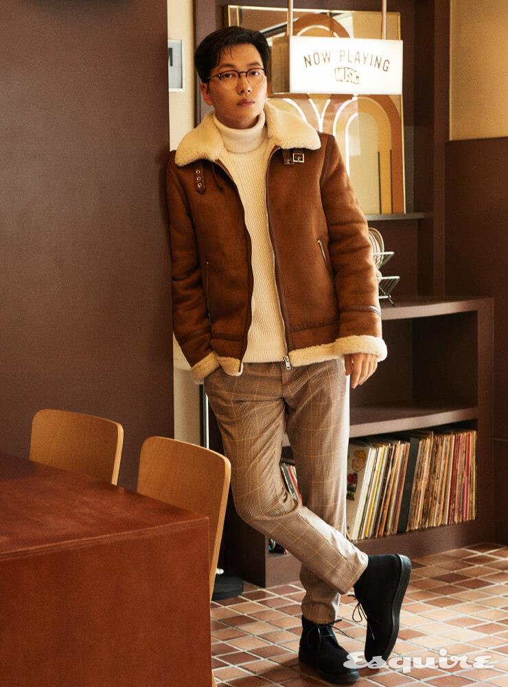 무통 코트, 터틀넥 톱, 팬츠, 부츠 모두 H&M.