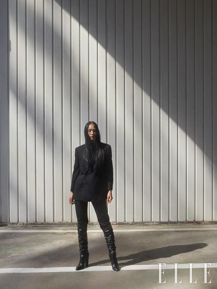 더블 브레스티드 팬츠 수트와 스팽글 장식의 터틀넥, 사이하이 부츠는 가격 미정, 모두 Celine by Hedi Slimane