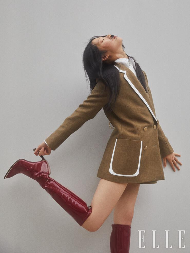 라이닝 포인트 재킷은 5백85만원, 화이트 셔츠는 1백45만원, 페이턴트 롱부츠는 2백만원, 모두 Fendi.