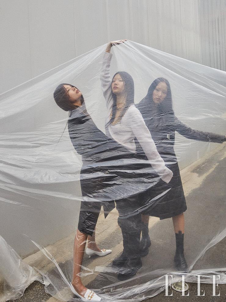 블랙 셔츠는 1백79만원, 다크 브라운 스커트는 3백5만5천원, 화이트 미들 힐 펌프스는 1백20만5천원, 골드 체인 장식의 화이트 니트 톱은 2백68만5천원, 가죽 팬츠는 가격 미정, 롱부츠는 1백85만원, 누빔 코트는 1천1백15만5천원, 롱부츠는 가격 미정, 모두 Bottega Veneta.