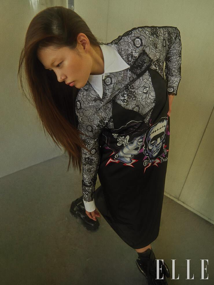 화이트 셔츠와 프랑켄슈타인 프린트의 미니드레스는 가격 미정, Prada.