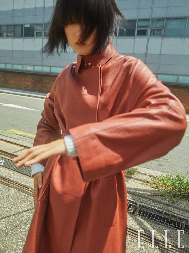 부드러운 가죽 코트와 터틀넥 미니드레스는 가격 미정, 모두 Hermès.