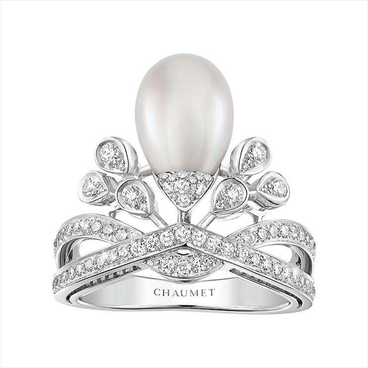 왕관을 연상케 하는 진주 세팅의 링은 Chaumet.