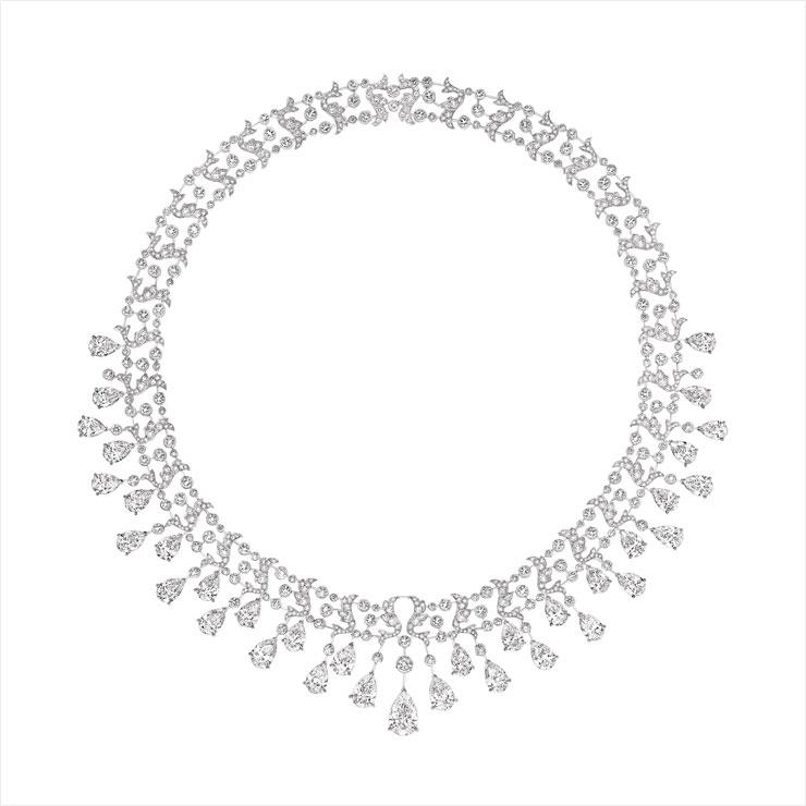 왕실의 기품이 느껴지는 다이아몬드 네크리스는 Chaumet.