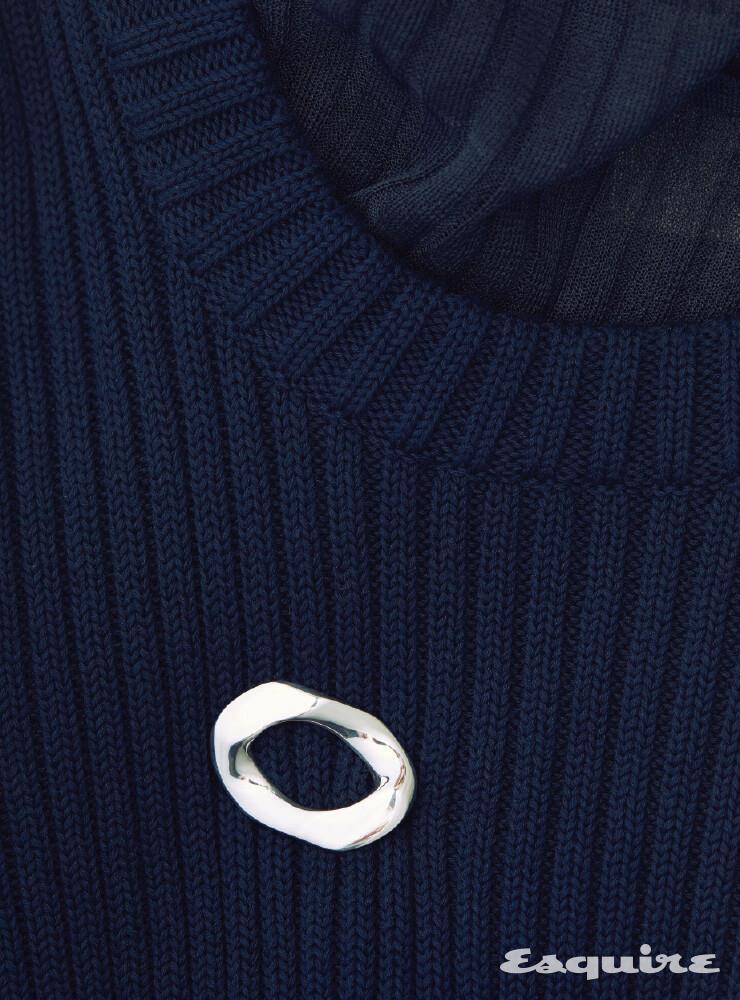 라운드넥 스웨터 110만원대, 얇은 터틀넥 톱 150만원대, 스털링 실버 브로치 72만원 모두 보테가 베네타.