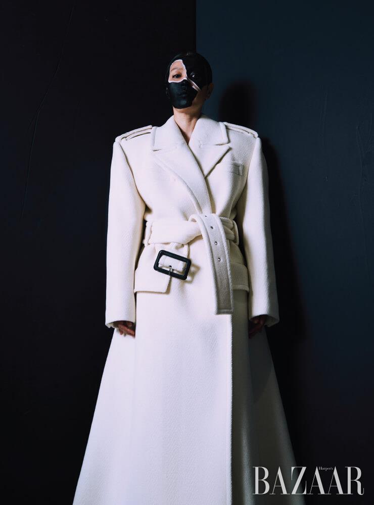 코트는 Saint Laurent by Anthony Vaccarello.