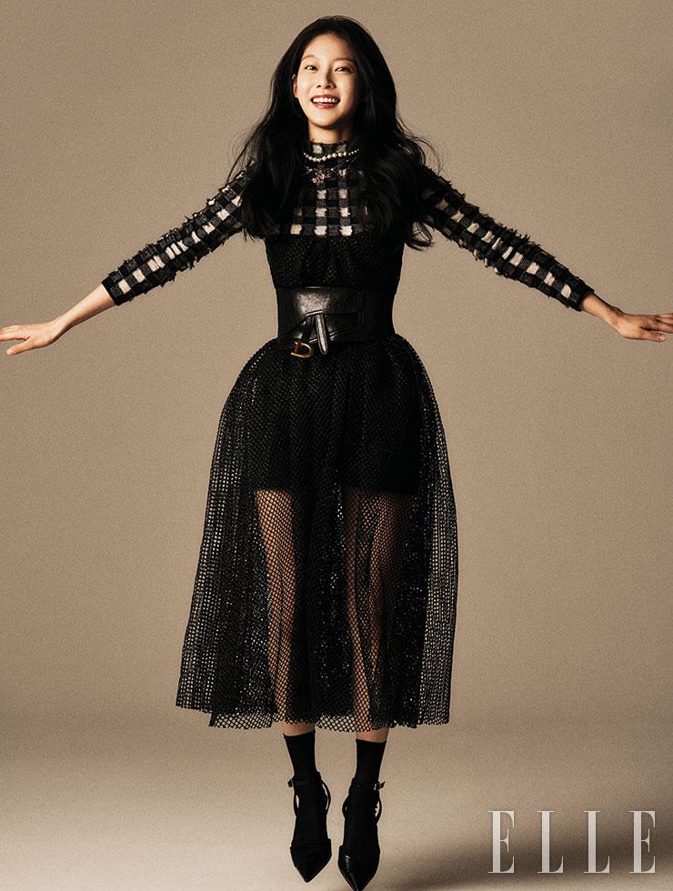 체크 스웨터와 점프수트, 블랙 샤 스커트, 벨트, 삭스, 슈즈, 와이드 진주 장식 네크리스는 모두 Christian Dior.