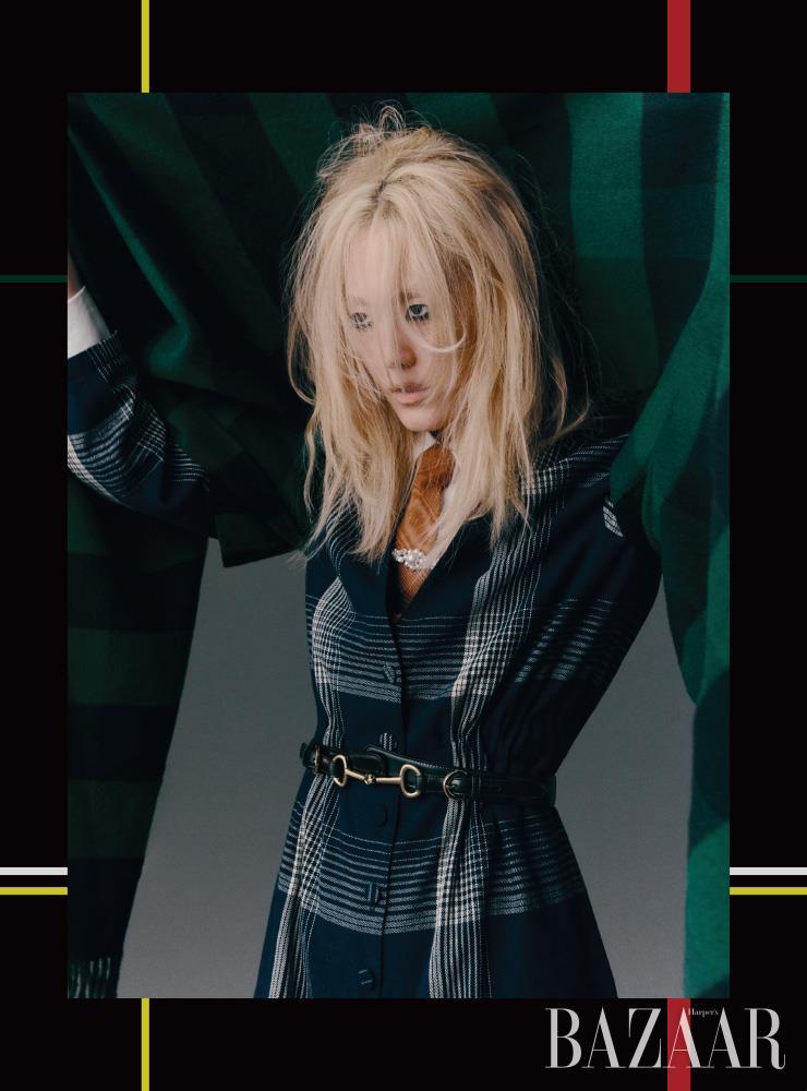 블랭킷 재킷은 Dior. 점프수트는 5백20만원, 셔츠는 1백20만원, 넥타이는 30만원 모두 Gucci. 넥타이 핀으로 활용한 헤어핀은 19만원 Simone Rocha by BOONTHESHOP. 벨트는 Celine by Hedi Slimane. 양손에 착용한 반지들은 모두 Louis Vuitton. 앵클부츠는 Hermès.