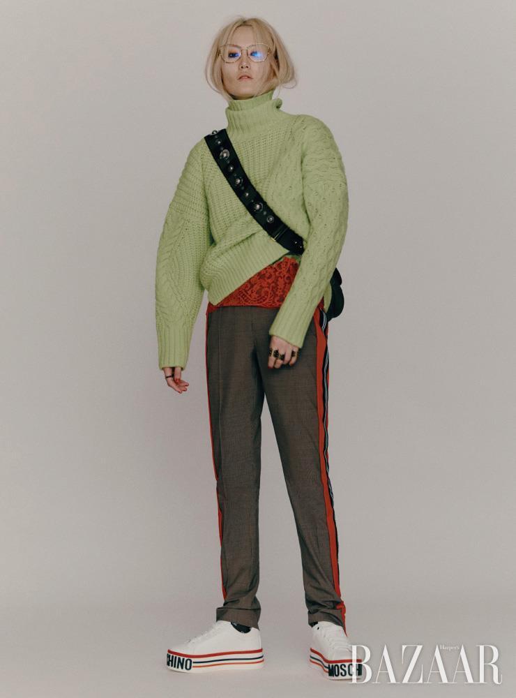 스웨터는 59만원대 Andersson Bell by Net-A-Porter. 이너로 입은 레이스 슬립은 Versace. 팬츠는 1백19만원 Burberry. 선글라스, 양손에 착용한 반지들은 모두 Louis Vuitton. 가방은 Dior. 스니커즈는 50만원 Moschino.