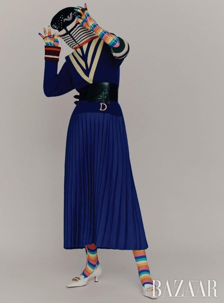 원피스는 Lacoste Fashionshow Collection. 보디수트는 0 Moncler Richard Quinn. 베레는 Emporio Armani. 벨트는 Dior, 양손에 착용한 반지들은 모두 Louis Vuitton. 로퍼는 1백20만5천원 Bottega Veneta.