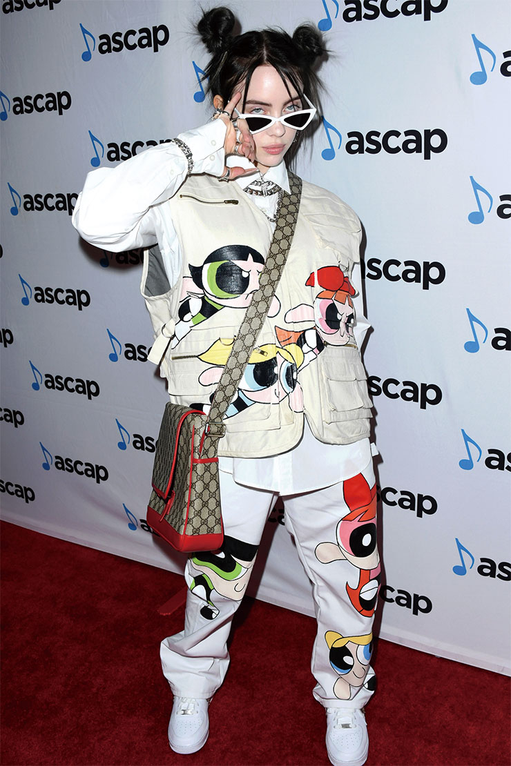 파워 퍼프 걸이 프린트된 베스트와 팬츠를 입고 'ASCAP 팝 뮤직 어워즈'에 등장한 빌리 아일리시. 함께 매치한 구찌의 메신저 백을 통해 그녀의 로고 사랑을 확인할 수 있다.