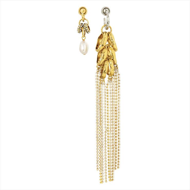 진주와 프린지 장식으로 양쪽을 다르게 구성한 이어링은 가격 미정, Givenchy.