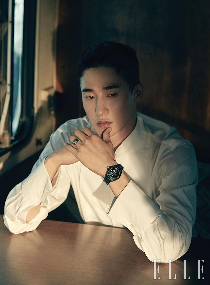 턱시도 셔츠는 Daejoongso. 12개의 다이아몬드 인디케이터가 세팅된 블랙 래커 다이얼이 돋보이는 블랙 세라믹 브레이슬렛 J12 워치와 퀼팅 모티프의 화이트골드 코코 크러쉬 미디엄 링은 모두 Chanel Watches & Fine Jewelry.