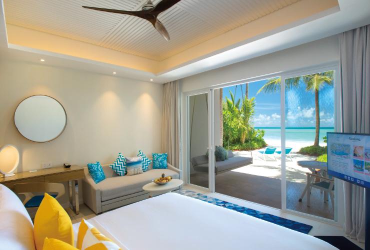 발코니에서 해변이 바로 이어지는 스카이&비치 스튜디오 룸과 바다 위 아쿠아 빌라의 욕실 전경. 어느 룸이든 푸르른 몰디브 바다가 가까이 있다.