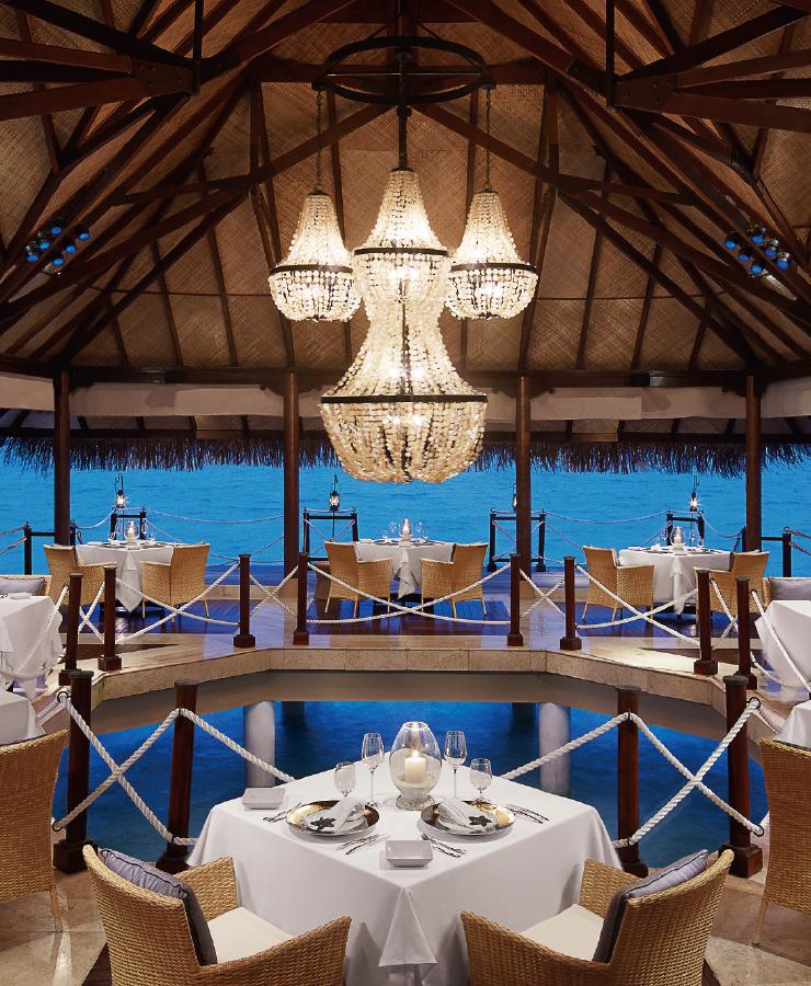 바다 위 레스토랑 'Deep End'. 지중해 음식이 주메뉴이며 이름만큼 마치 '오페라' 같은 셰프의 라이브 디저트 쇼가 시그너처다.